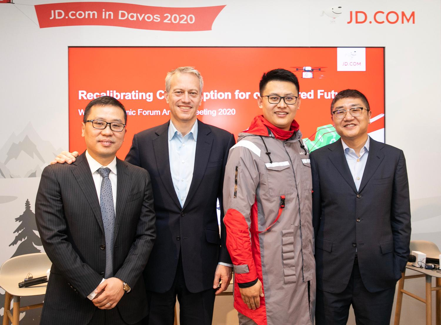 Coca-Cola Chairman and CEO James Quincey (Left 2), JD Logistics CEO Zhenhui Wang (Left 1), JD Retail CEO Lei Xu (Right 1) took a group photo with a JD staff wearing a uniform made of recycled PET (rPET) materials co-created.